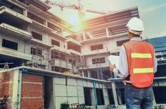 Architekt patrzeje buiding miejsce ręki mienia projekty i s Zdjęcie Royalty Free