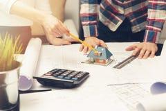 Architekt pokazuje nowego rodzina domu modela i projekty Obrazy Stock