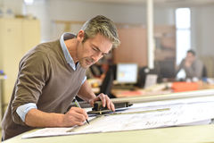 Architekt pracuje na budowa planie zdjęcie royalty free
