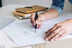 Architekt pracuje na projekcie, inżynier pracuje z engineerin obraz royalty free