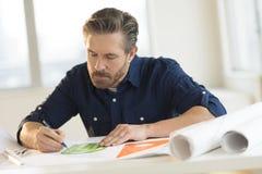 Architekt Pracuje Na projekcie Przy biurkiem Zdjęcie Royalty Free