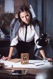 Architekt pracuje na rysunkowym stole w biurze Zdjęcie Stock
