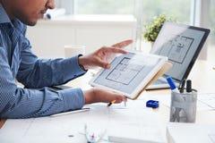 Architekt pracuje z gadżetami obraz royalty free