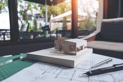 Architekt projektująca masa modeluje z sklepowym rysunkowym papierem Zdjęcie Stock