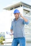 Architekt używa telefon komórkowego na zewnątrz budynku zdjęcie stock