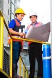 Architekt und Aufsichtskraft auf Baustelle Stockfotos