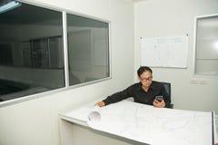 Architekt und Bauingenieur, die Plan im Büro besprechen Lizenzfreie Stockfotos
