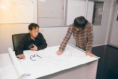 Architekt und Bauingenieur, die Plan im Büro besprechen Stockbild