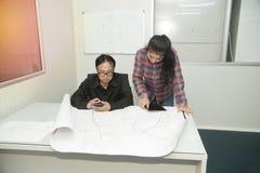 Architekt und Bauingenieur, die Plan im Büro besprechen Stockfotos