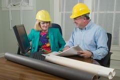 Architekt und Klient, die Lichtpausen 10 betrachten Stockfotos