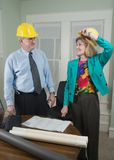Architekt und Klient, die Lichtpausen 5 betrachten Lizenzfreie Stockfotos