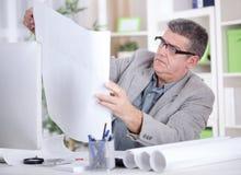 Architekt w biurowym studiowanie planie Zdjęcie Royalty Free