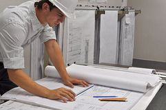 Architekt wiederholt Pläne Stockbilder