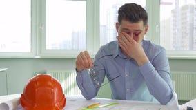 Architekt wird im Büro müde lizenzfreies stockfoto