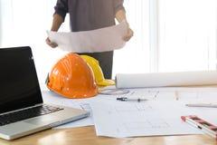 Architekt Working On Blueprint Architektenarbeitsplatz - Architekturprojekt, Pläne, Machthaber, Taschenrechner, Laptop und Teiler Stockfoto