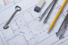 Architekt worplace Draufsicht Architekturprojekt, Pläne, Planrollen und Teilerkompaß, Schlüssel, Bleistiftkarte Lizenzfreies Stockbild