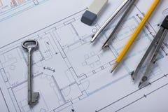 Architekt worplace Draufsicht Architekturprojekt, Pläne, Planrollen und Teilerkompaß, Schlüssel, Bleistiftkarte Stockbilder