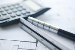 Architekt z kalkulatorem, plan, ołówek i władca, Fotografia Royalty Free