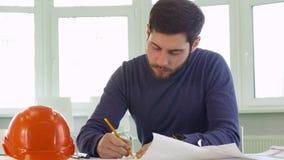 Architekt zeichnet die Linien auf dem Plan