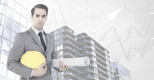 Architekta biznesmen z błękitnymi drukami i Wysokimi budynkami z mapą waży tło Zdjęcia Royalty Free