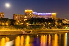 Architekta dom w Moskwa nocą Zdjęcia Royalty Free