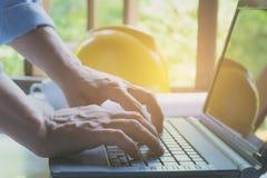 Architekta inżyniera pracujący pojęcie z laptopem i budową zdjęcie stock