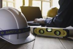 Architekta inżyniera pracujący pojęcie z narzędziami lub zbawczym wyposażeniem na stole laptopu i budowy zdjęcia stock