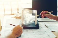 Architekta lub inżyniera spotkanie w biurze na b obraz royalty free