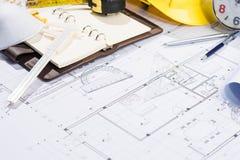 Architekta miejsce pracy - architektoniczny projekt z projektami Zdjęcie Stock