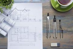Architekta worplace odgórny widok Architektoniczny projekt, projekty, projekt rolki i divider kompas, calipers dalej Zdjęcie Royalty Free