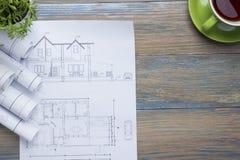 Architekta worplace odgórny widok Architektoniczny projekt, projekty, projekt rolki i divider kompas, calipers dalej Zdjęcie Stock