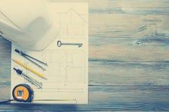 Architekta worplace odgórny widok Architektoniczny projekt, projekty, projekt rolki i divider kompas, klucz na roczniku Zdjęcia Stock