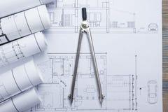 Architekta worplace odgórny widok Architektoniczny projekt, projekty, projekt rolki i divider kompas na planach, Zdjęcia Stock