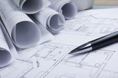 Architekta worplace odgórny widok Architektoniczny projekt, projekty, projekt rolki i pióro na planach, Budowa Obrazy Stock
