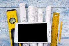 Architekta worplace odgórny widok Architektoniczny projekt, projekty, projekt rolki na drewnianym biurko stole Budowa Obrazy Royalty Free