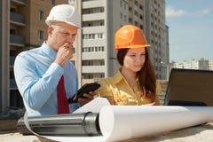 Architekten arbeitet vor Baustelle stockbilder