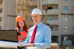 Architekten arbeitet vor Baustelle lizenzfreies stockfoto