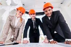 Architekten der Zeichnungen Drei businessmеn Architekt Lizenzfreie Stockbilder