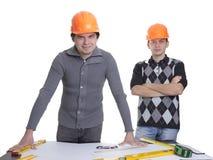 Architekten, die über Lichtpausen stehen Lizenzfreie Stockfotos