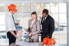 Architekten, die einen Unternehmensplan für das Projekt besprechen Lizenzfreies Stockfoto