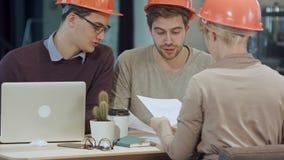 Architekten, die im Büro auf Bauvorhaben arbeiten stock video footage