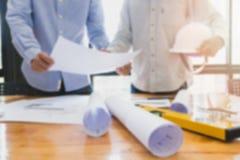 Architekten, die mit Plänen im Büro arbeiten Lizenzfreies Stockfoto