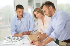 Architekten, die neue Designe planen Lizenzfreie Stockfotos