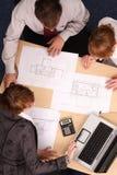 Architekten, die Pläne studieren lizenzfreie stockbilder