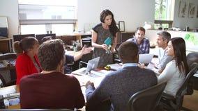Architekten, die sich bei Tisch treffen, um Materialien zu besprechen stock video