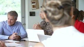 Architekten, die um die Tabelle hat Sitzung sitzen stock video footage