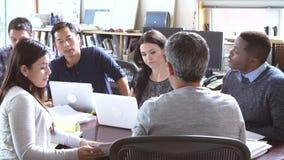 Architekten, die um die Tabelle hat Sitzung sitzen stock footage