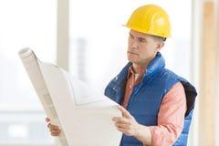 Architekten-Reading Blueprint At-Baustelle Stockfoto