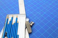 Architekten- und Designerschreibtisch während der Arbeit stockfotos