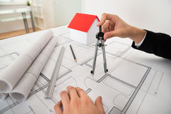 Architekten-Using Compass On-Plan stockbild